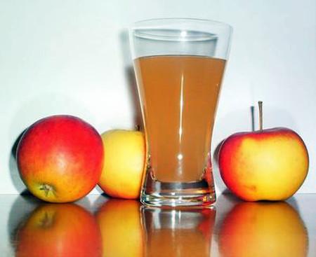 4. Uống nước táo ép 1