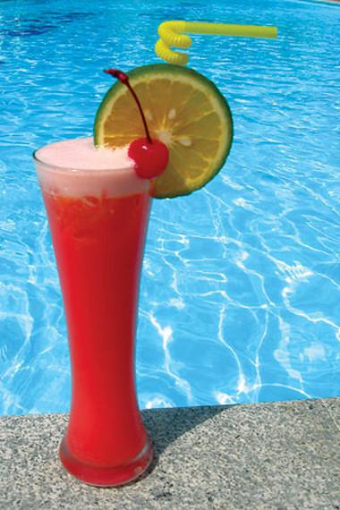 Một ly siro dâu sẽ làm cái nóng ngày hè dịu hơn.