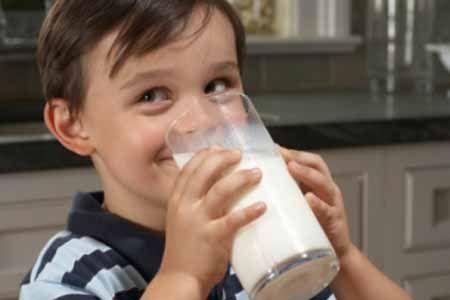 Bé trai uống sữa đậu nành là không tốt?