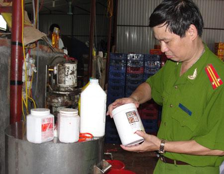 Công an đang kiểm tra cơ sở sản xuất nước tăng lực.