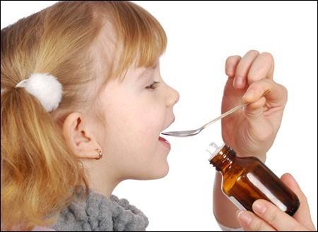 Hãy luôn nhớ cho bé ngồi mỗi khi bạn cho bé uống thuốc.