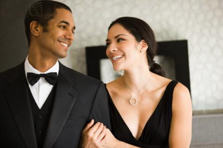 Chiều chị vẫn đợi chồng đi làm về và đón anh với nụ cười rạng rỡ.