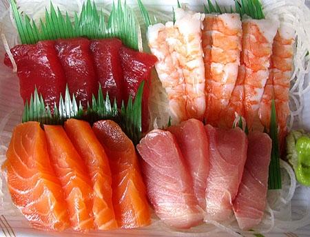 Cá hồi, cá mòi và cá trích tốt cho não bộ.