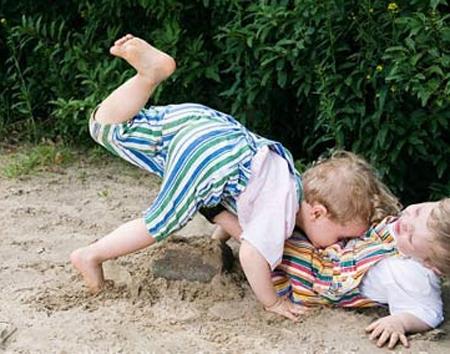 trẻ chơi với nhau xo xat đanh nhau la chuyện binh thường