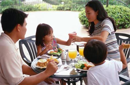 Bạn thân bạn có con riêng lại hiểu bạn và gia đình bạn nên sẽ hiểu và chăm sóc, yêu thương con gái ban.