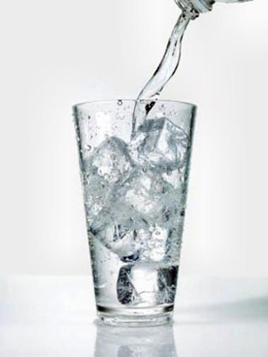 Không nên uống nước đá thay vì uống nước lọc.
