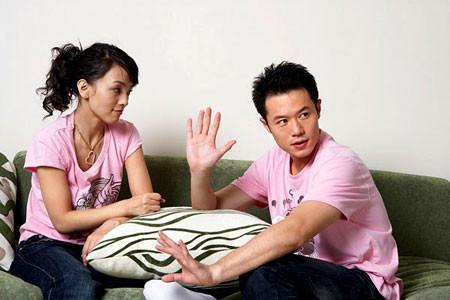 Anh góp ý mãi với chị về lời ăn tiếng nói với mọi người xung quanh nhưng  không thể cải thiện được.