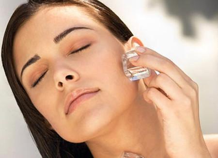 Chườm đá là phương pháp đơn giản nhất bạn có thể áp dụng với những nốt mụn sưng tấy.