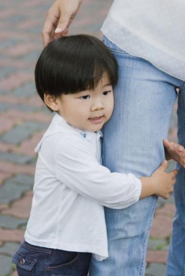 Bé nhút nhát cần được bố mẹ quan tâm giúp hòa nhập với mọi người