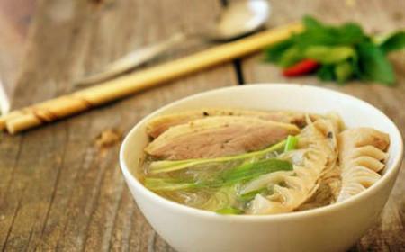 Món bún vịt nấu măng bạn có thể ăn nóng hoặc nguội mà vẫn rất ngon.