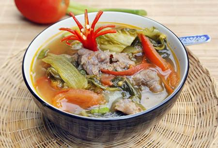 Canh dưa cải chua và thịt bò là món canh được nhiều người ưa thích.