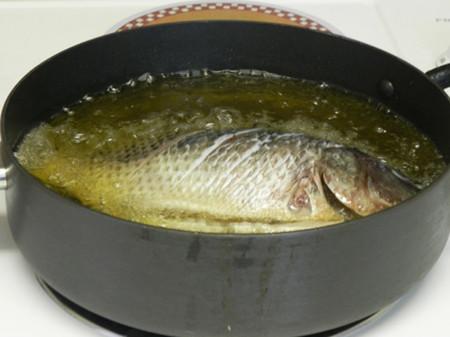 Cá sẽ chín vàng mà không dính chảo.