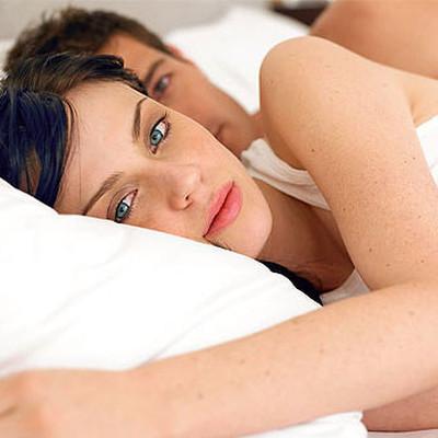 Chồng không nhân ra khi nằm bên anh mà nước mắt vợ vẫn rơi.