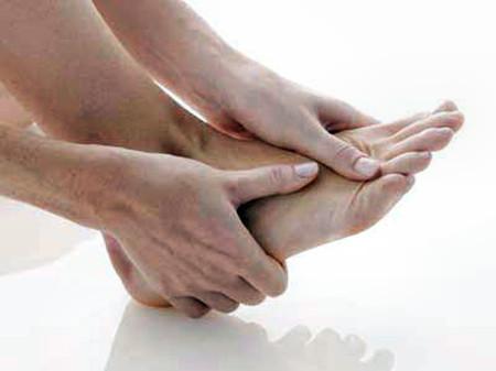 Mỡ máu cao có thể gây ra đau và tê ở chân.