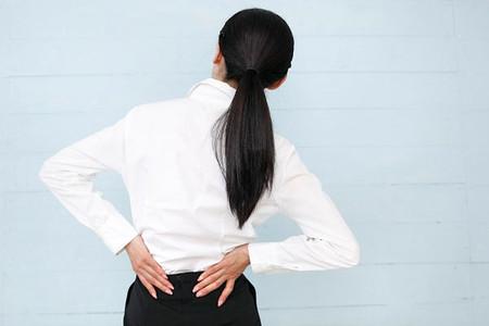Bạn nên tránh những thói quen xấu để không bị đau lưng.