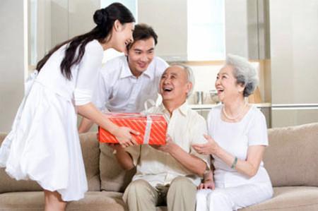 Người con dâu tốt, coi bố mẹ chồng cũng như bố mẹ mình và sống vui vẻ.