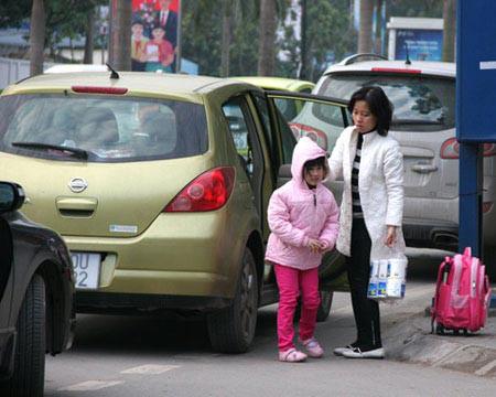 Nhiều bậc cha mẹ vì quá lo lắng nên chấp nhận bỏ việc để đưa đón, giám sát con gái