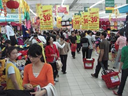 Nhiều khách hàng tố các siêu thị về việc bán hàng khuyến mãi giá cao hơn so với thị trường.