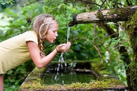 Nhúng tay vào nước lạnh sẽ giúp bạn xả bớt nhiệt.