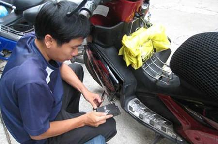 Lắp đặt thiết bị giám sát vào xe máy