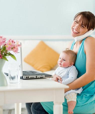 Người mẹ đơn thân vui vẻ và hạnh phúc với công việc và với con thơ.