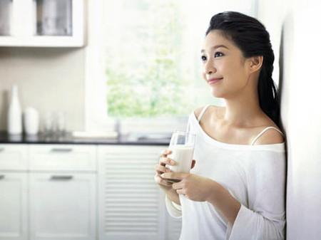 Bạn nên mở toang cửa sổ, để không khí trong lành của buổi sáng tràn vào nhà.