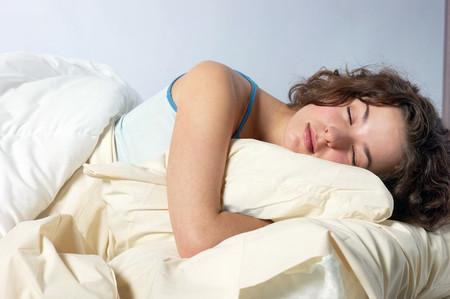 Ngủ nướng vào cuối tuần có thể giúp điều chỉnh lượng calo bằng cách giảm ăn vặt.