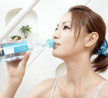 Đừng uống nước quá nhanh.