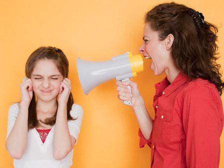 Không giữ được bình tĩnh, luôn miệng phàn nàn và so sánh con với người khác là một trong những lỗi hầu như phụ huynh nào cũng mắc phải.