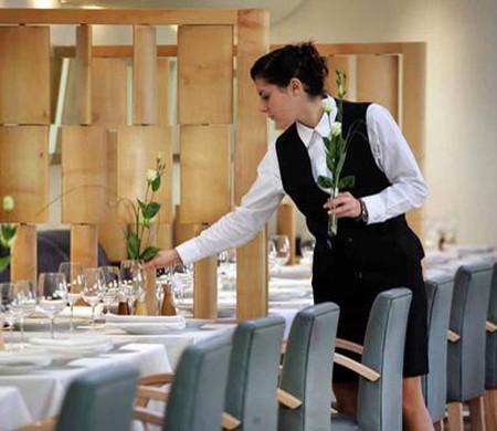 Phục vụ bàn phải hết lòng với khách, chăm sóc khách của nhà hàng như khách của mình.