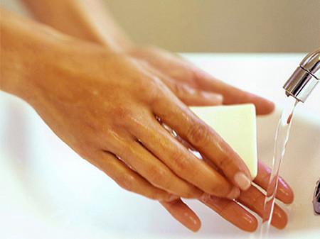 Rửa tay thường xuyên bằng xà phòng để phòng chống bệnh.