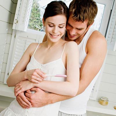 Sử dụng que thử thai, người phụ nữ có thể biết được mình đã thụ thai hay chưa chỉ sau từ 7-10 ngày giao hợp.