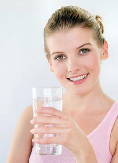 Uống từ 8 - 10 ly mỗi ngày thúc đẩy quá trình giải độc hiệu quả.