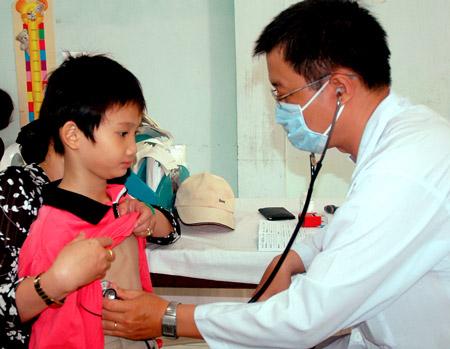 Mùa nắng, trẻ em nhập việm ùn ùn vì viêm phổi.