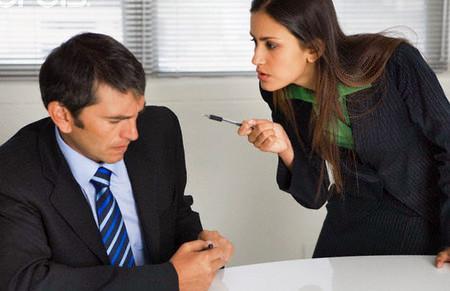 Vợ chồng cùng cơ quan nên hơi một tý là chị bắt ne bắt nẹt anh.