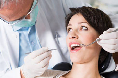 Nhiều phụ nữ mang thai dễ mắc bệnh nướu răng, liên quan đến vấn đề sinh non sau này. (ảnh minh họa)