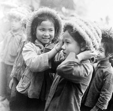 Học sinh trường cấp I Minh Phương (Việt Trì) hướng dẫn nhau đội mũ rơm đúng cách