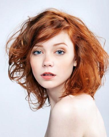 Với gam màu trang điểm nhẹ nhàng, bạn đã có được gương mặt nổi bật với mái tóc rực rỡ.