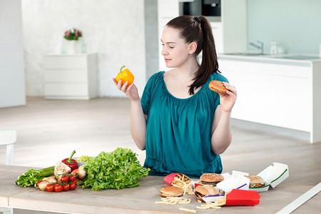 Thực phẩm tươi và tự chế biến sẽ đảm bảo hơn cho sức khỏe so với các loại thực phẩm chế biến sẵn.