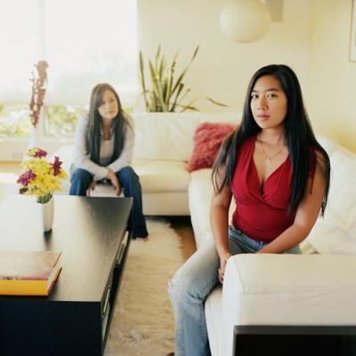 Vì sao chị em mình có thể vui vẻ với mọi xung quanh mà giữa hai chị em lại như người xa lạ không bằng những người hàng xóm?