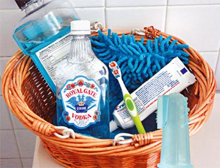 Các dụng cụ chăm sóc răng miệng nếu sử dụng đúng cách có thể gây nhiễm khuẩn.