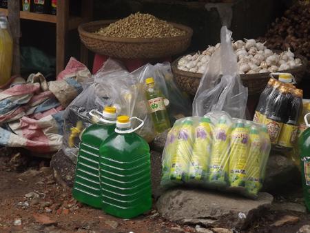 Các loại nước rửa chén không nhãn mác được bán tràn lan trên thi trường.