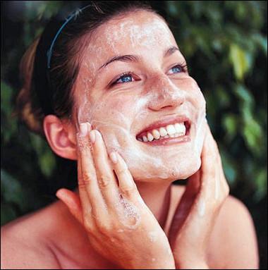 Rủa mặt không đúng cách cũng ảnh hưởng xấu đến da.