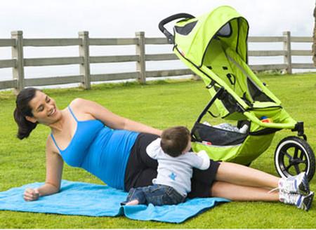 Hãy vận động nhẹ nhàng ngay khi có thể để nhanh chóng lấy lại phong độ sau sinh