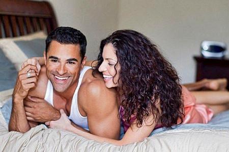 Những lời thủ thỉ vui vẻ bên gối sẽ giúp tình cảm vợ chồng thêm gắn bó.