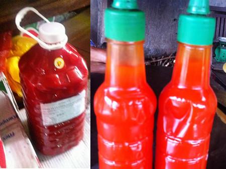 Nhiều loại tương ớt không nhãn mắc được bán trên thi trường.