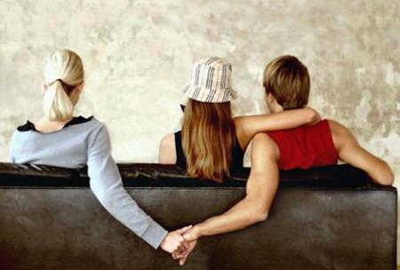 Bất chấp sự hiện diện của bạn, chàng vẫn tỏ thái độ quan tâm đến cô bạn của bạn.