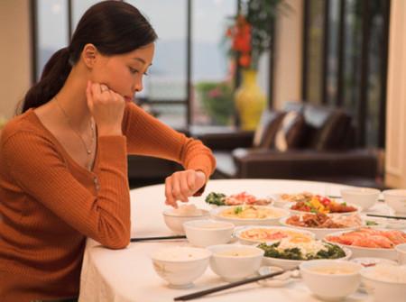 Ăn tối muộn hay ăn trước giờ đi ngủ đều không tốt cho sức khỏe.