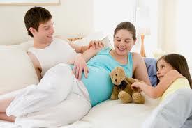 Hãy dành thời gian vuốt ve bé để xem em bé phản ứng lại với bạn thế nào.