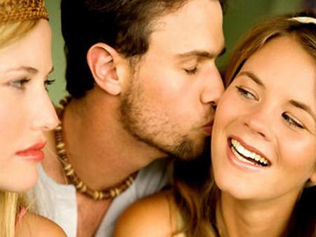 Chồng không chỉ biết quan tâm đến vợ mà còn quan tâm đến rất nhiều cô gái khác.